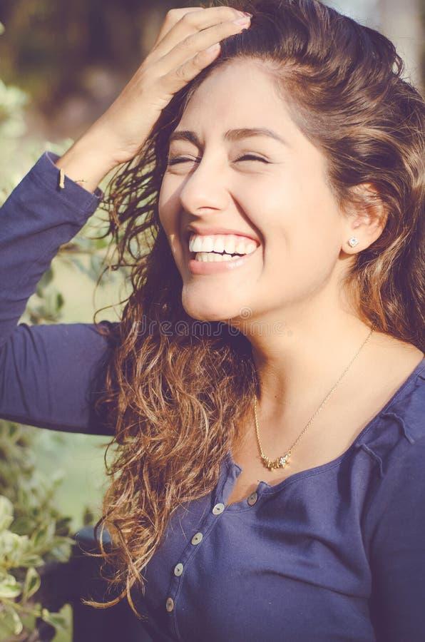 关闭微笑的俏丽的妇女早晨画象  免版税库存图片