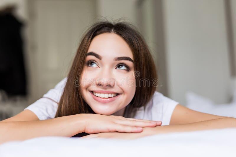 关闭微笑的俏丽的妇女肉欲的新鲜的愉快的面孔,正面情感早晨画象  免版税库存照片