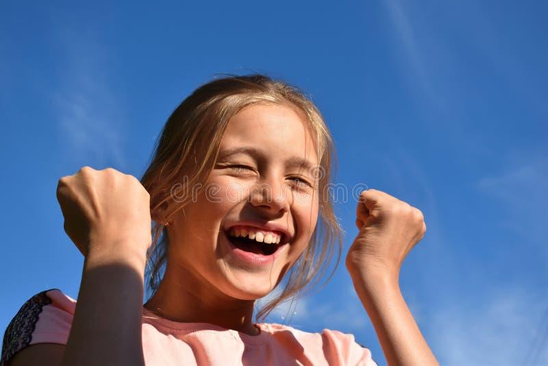 关闭微笑的女孩的面孔 免版税库存图片
