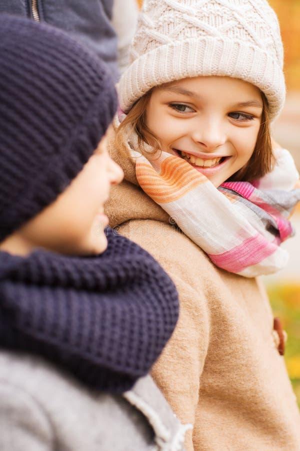 关闭微笑的孩子在秋天公园 图库摄影