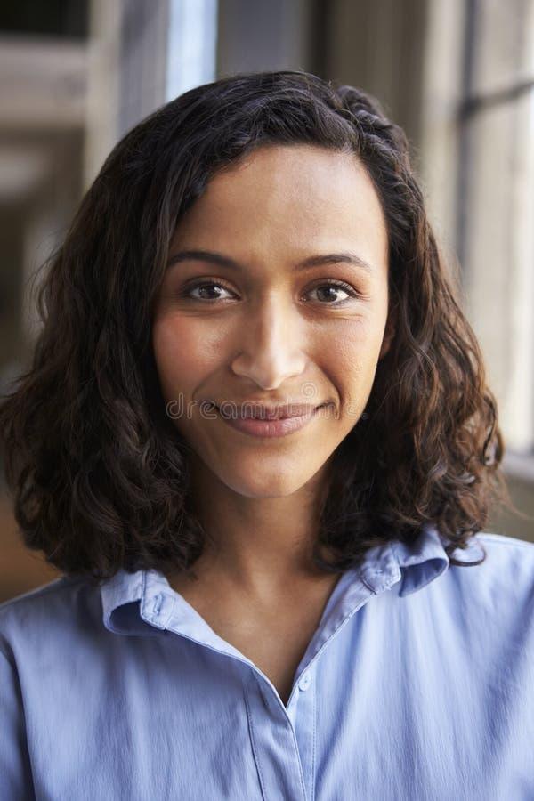 关闭微笑的混合的族种女实业家画象  库存图片