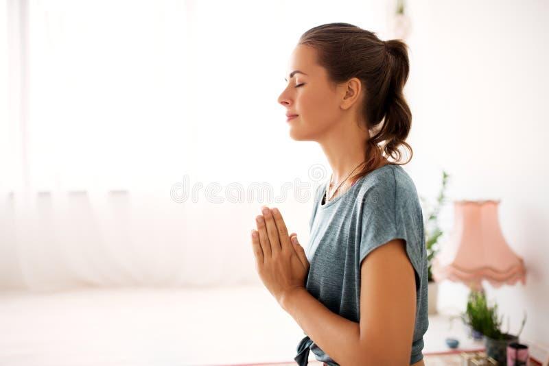 关闭思考在瑜伽演播室的妇女 免版税库存图片
