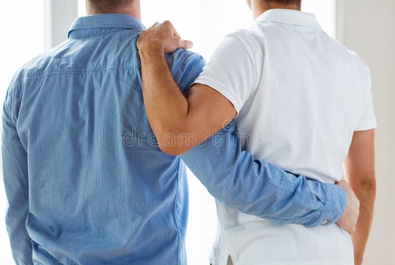 关闭愉快男性快乐夫妇拥抱 图库摄影