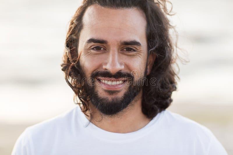关闭愉快的微笑的中部年迈的人面孔 免版税图库摄影