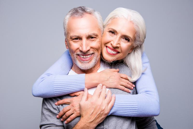 关闭愉快的激动的资深夫妇画象,他们是embra 免版税库存图片