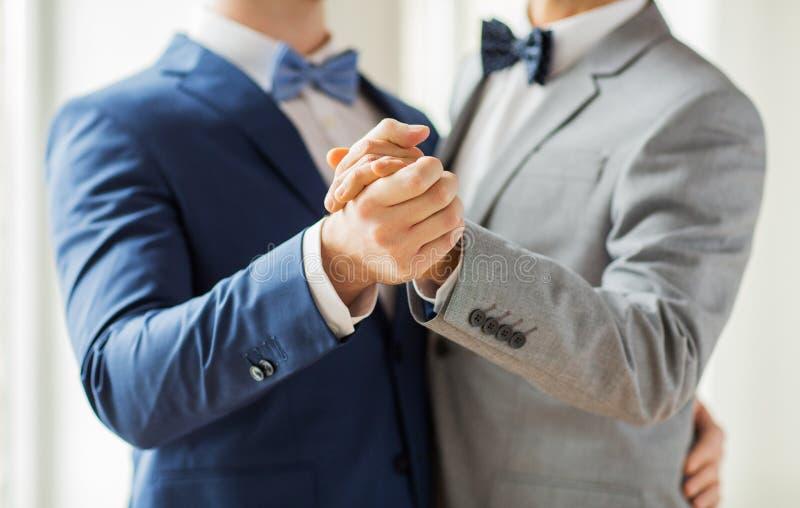 关闭愉快的男性快乐夫妇跳舞 库存图片