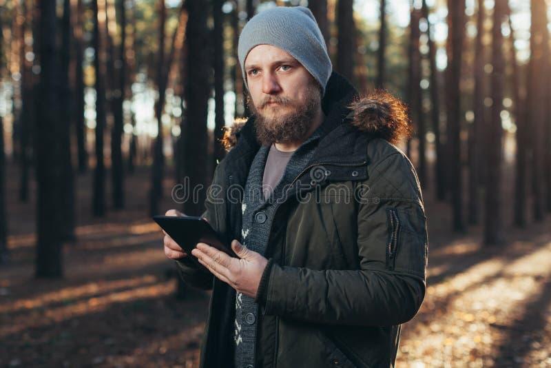 关闭成年男性远足者画象使用数字式选项的和寻找地点在远足期间本质上 库存照片
