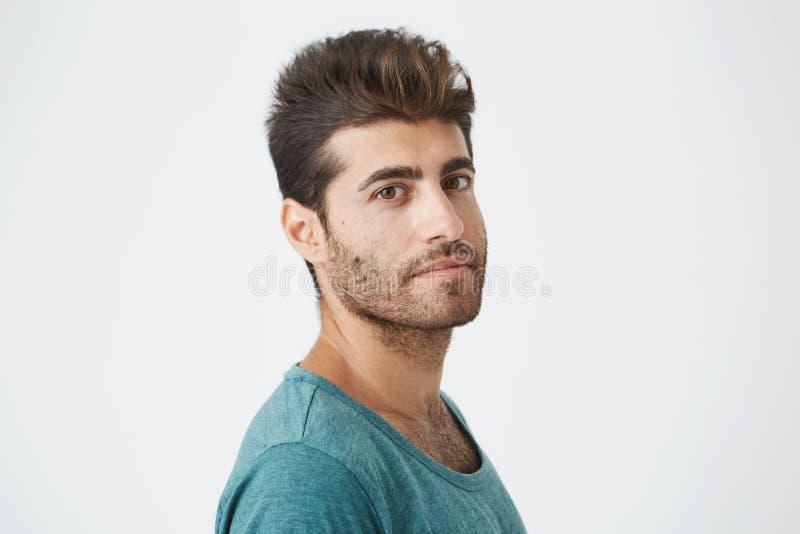关闭成熟白种人人画象,蓝色T恤杉的,有好发型的并且刮胡须轻微笑对照相机  库存图片