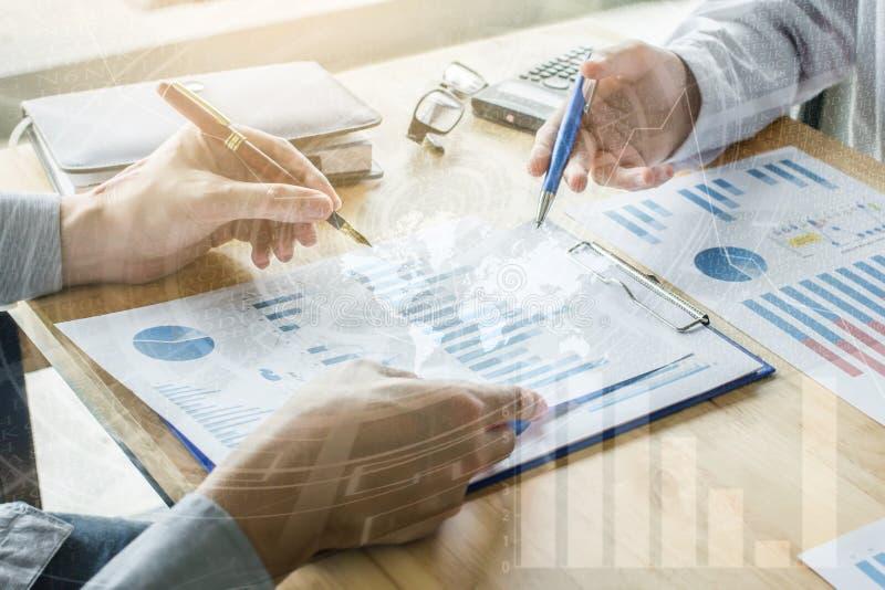 关闭手候宰栏商人会合点谈论计划和图表数据技术上升和秋天的经济  免版税库存图片