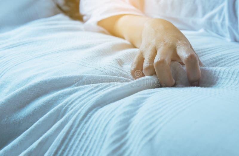 关闭手妇女标志性交高潮,拉扯白色床单,性关系的概念的手指女性 库存图片