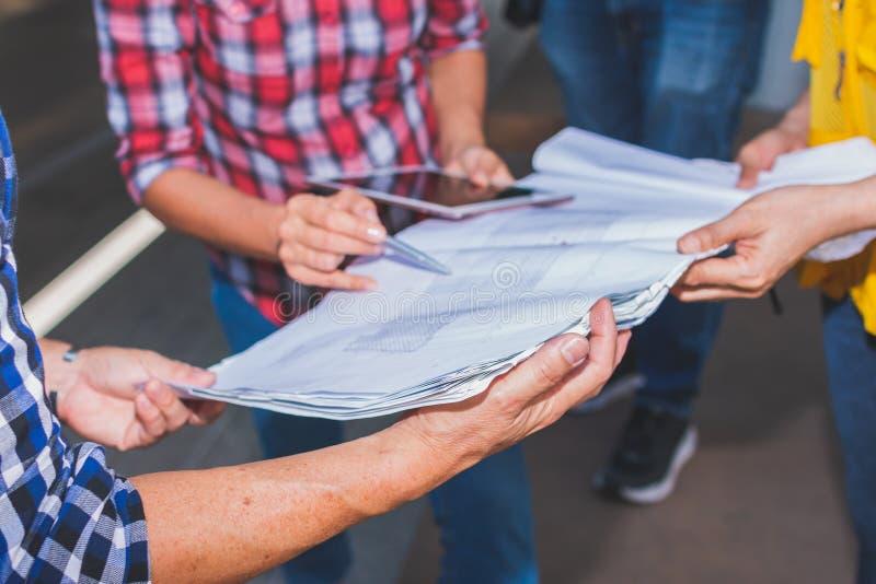 关闭手建筑项目工程的工程师会议与在工作场所的伙伴和工程学工具 免版税图库摄影