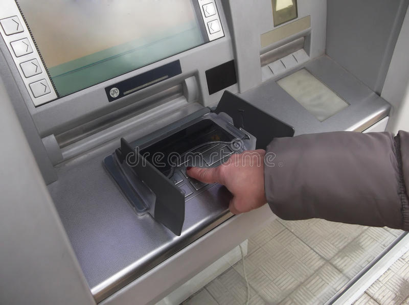关闭手输入的别针在ATM 按在垫的一个别针代码的手指 在一台自动出纳机的安全代码 免版税库存照片