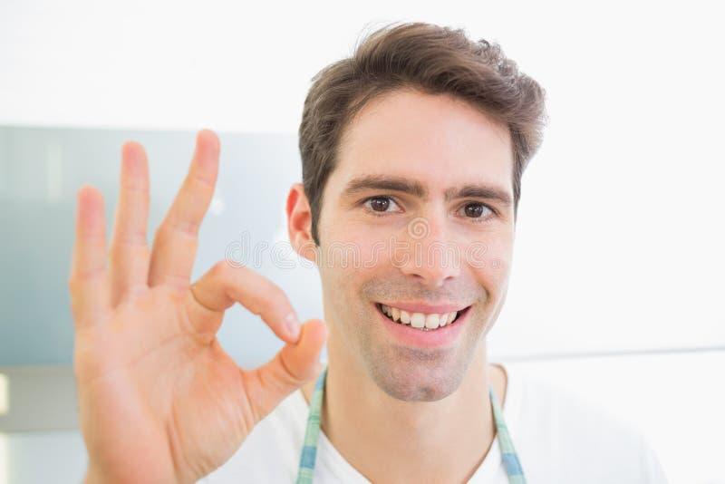 关闭打手势好标志的一个微笑的人 免版税库存图片