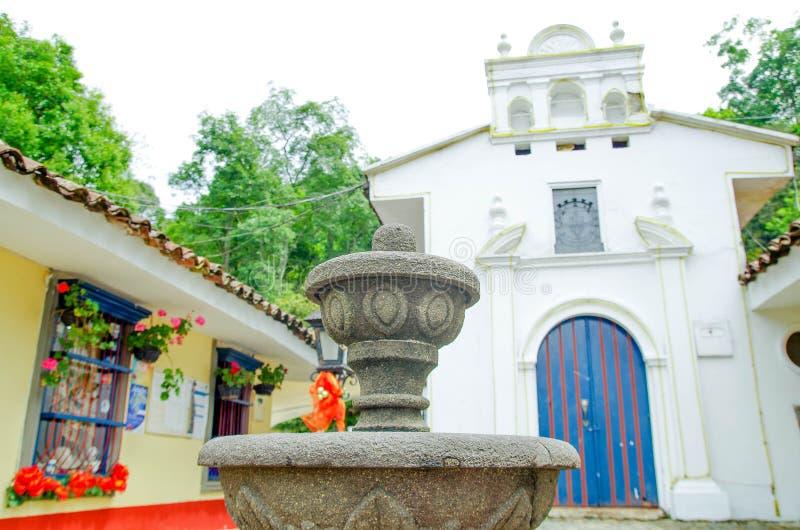 关闭扔石头的喷泉,不用与白色小大教堂的水在波帕扬镇在一个华美的晴天,参观 免版税库存图片