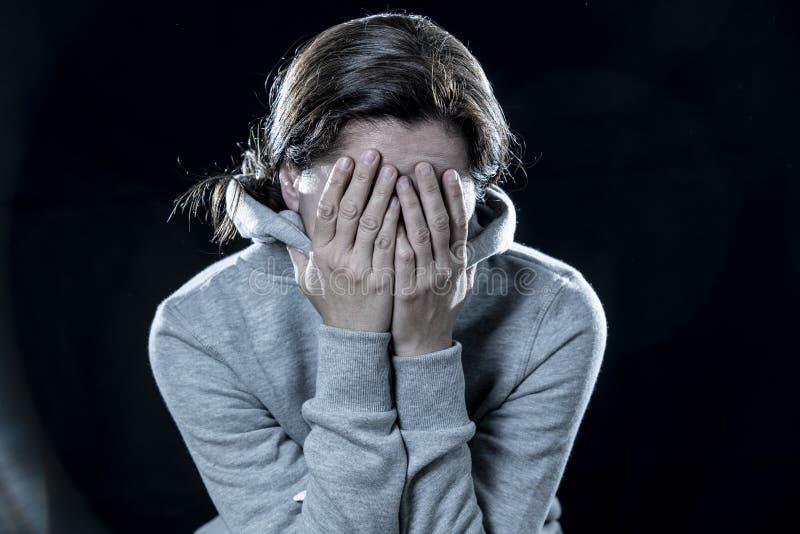 关闭拉丁妇女,害怕和紧张在黑背景 免版税库存照片