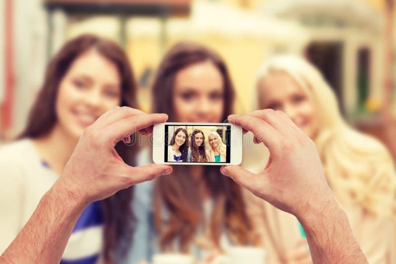 关闭拍与智能手机的手照片 免版税库存照片