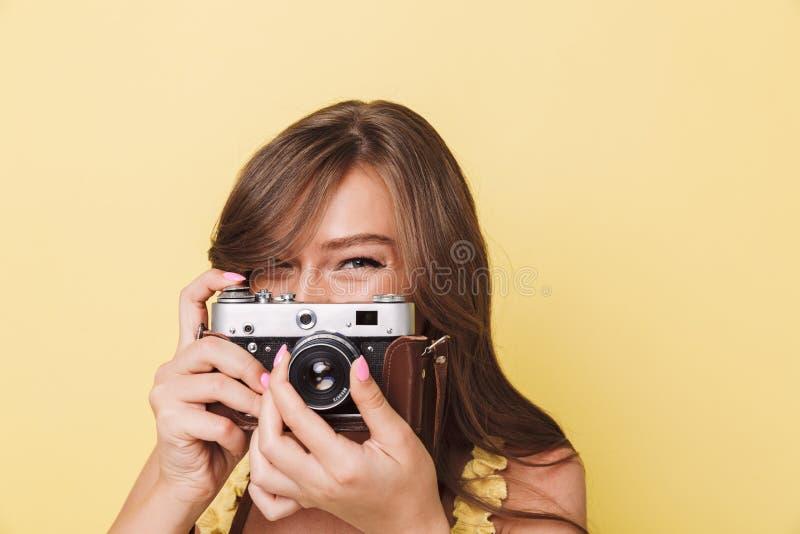 关闭拍照片的一个相当女孩的画象 免版税库存图片