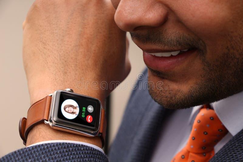 关闭拜访他巧妙的手表的人 库存图片