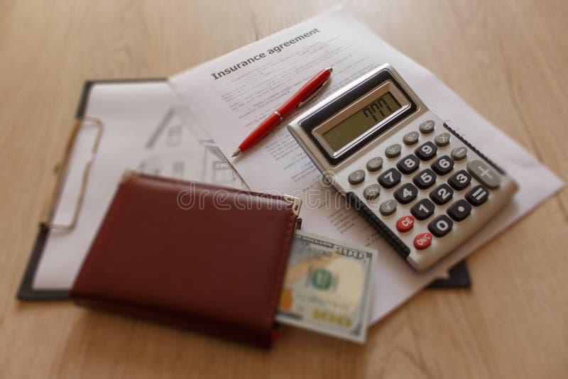 关闭拥有住房者保险政策的看法 保险形式 免版税库存照片