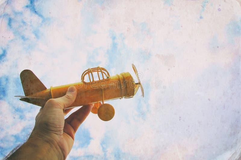 关闭拿着减速火箭的飞机的人的手照片 库存照片