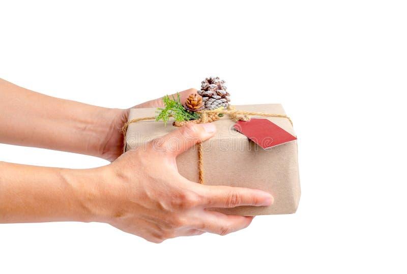 关闭拿着圣诞节礼物箱子的妇女手被隔绝在wh 免版税库存图片