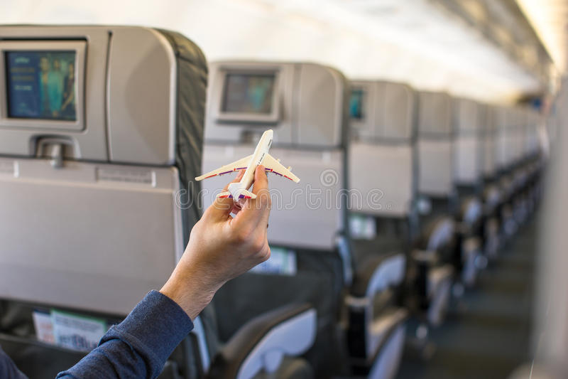 关闭拿着在a里面的手一个飞机模型 免版税库存图片