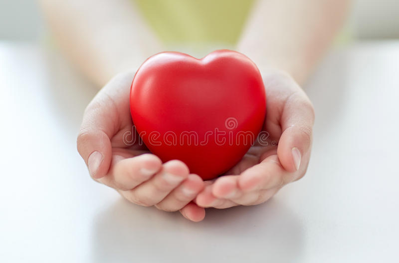 关闭拿着红色心脏的儿童手 免版税库存照片