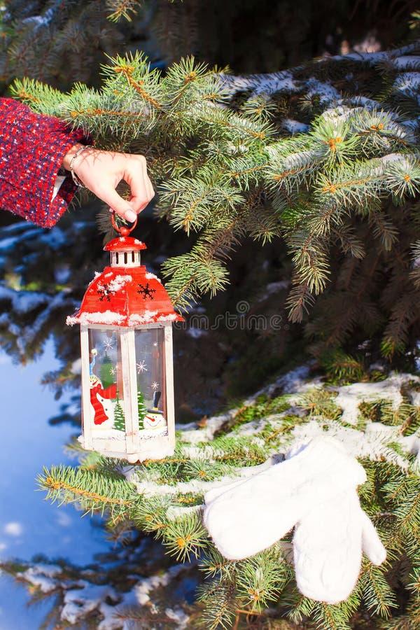 关闭拿着美丽的葡萄酒圣诞节灯笼的手 免版税图库摄影