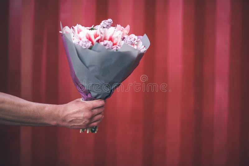 关闭拿着花的男性手 库存照片
