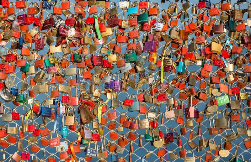 关闭挂锁作为永恒爱的标志在一座桥梁在河萨尔察赫河的萨尔茨堡奥地利 库存照片