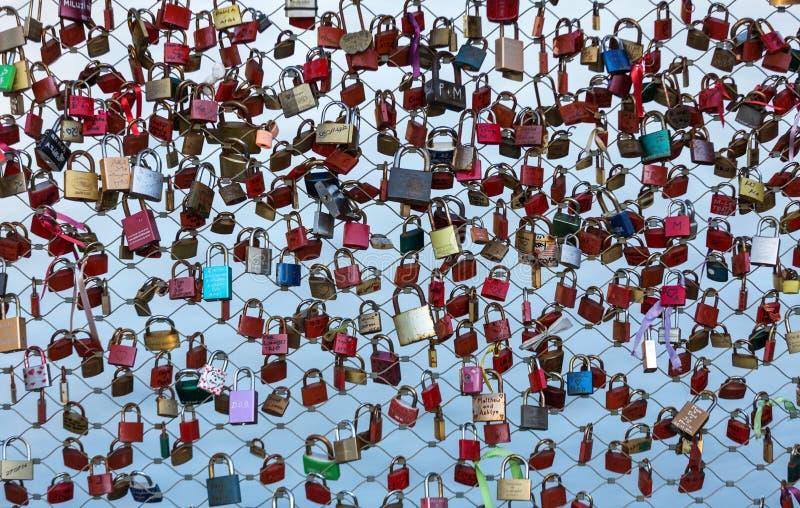 关闭挂锁作为永恒爱的标志在一座桥梁在河萨尔察赫河的萨尔茨堡奥地利 免版税库存图片