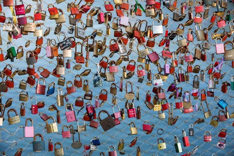 关闭挂锁作为永恒爱的标志在一座桥梁在河萨尔察赫河的萨尔茨堡奥地利 免版税库存照片