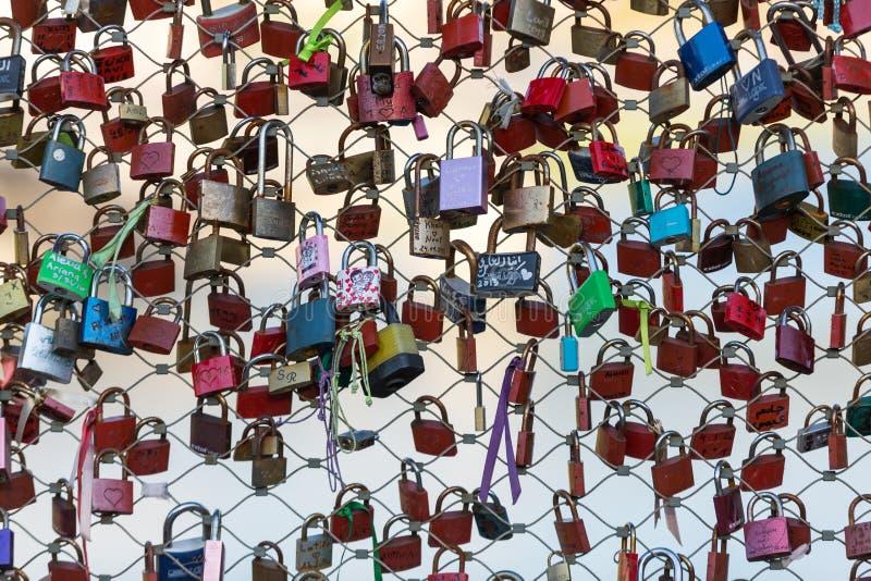 关闭挂锁作为永恒爱的标志在一座桥梁在萨尔茨堡 库存图片