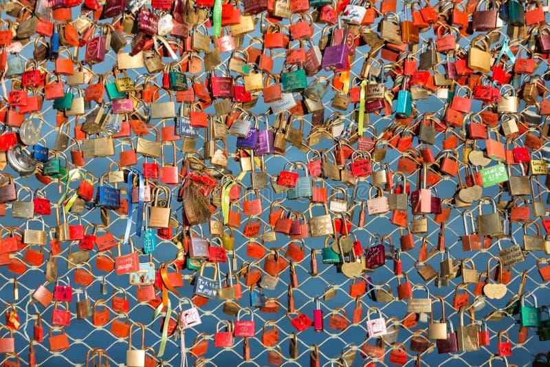 关闭挂锁作为永恒爱的标志在一座桥梁在萨尔茨堡 库存照片