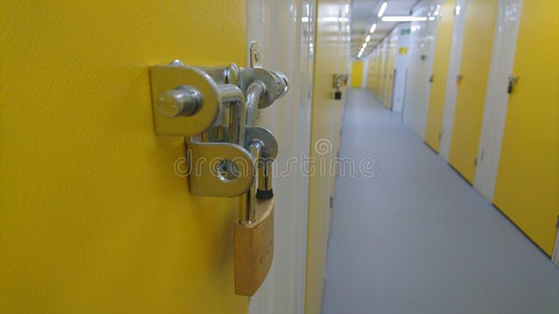 关闭挂锁和存储单元走廊的末端 免版税图库摄影