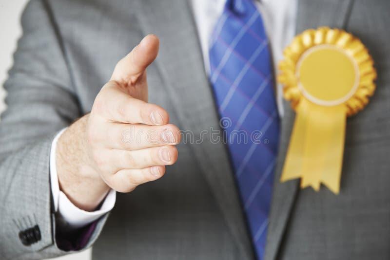 关闭提供援助的政客握手 库存照片