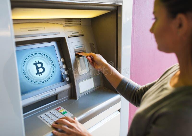 关闭插入卡片的妇女对atm机器 免版税库存照片