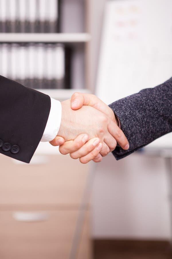 关闭握手的商务伙伴在办公室 免版税库存照片
