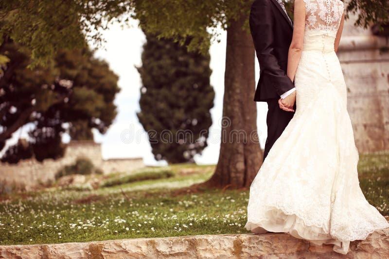 关闭握手的新娘和新郎 免版税库存图片
