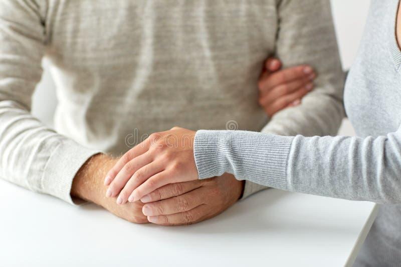 关闭握手的老男人和少妇 免版税库存图片