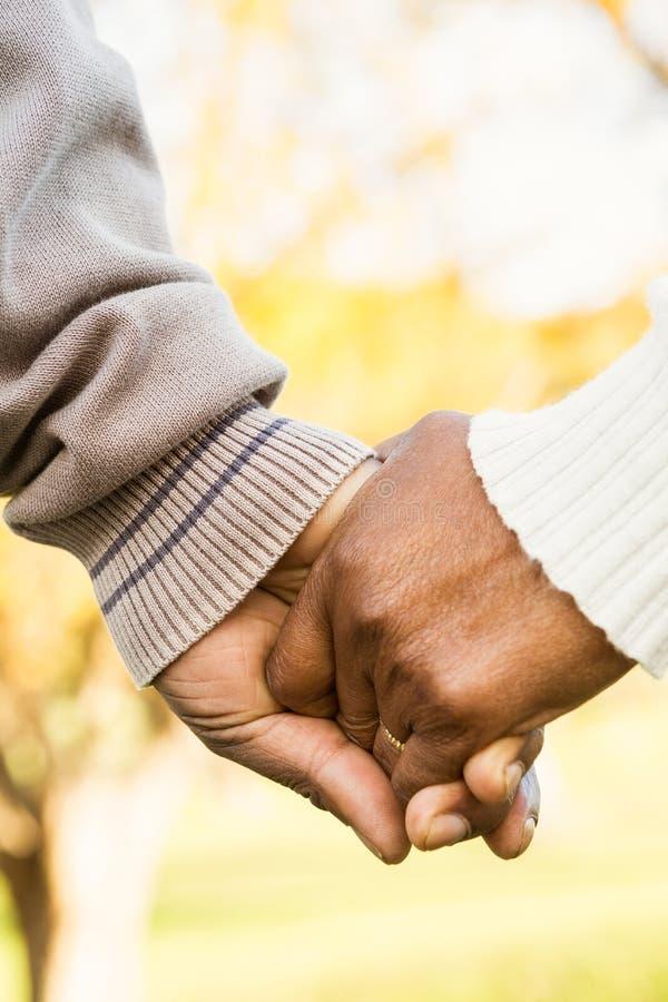 关闭握手的资深夫妇看法  免版税图库摄影