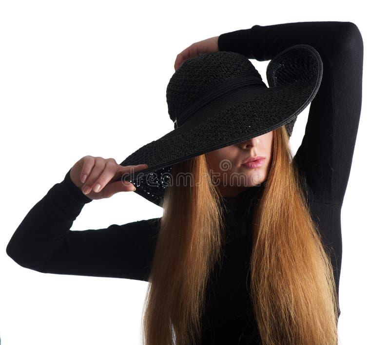 关闭摆在黑帽会议的一个女性时装模特儿的画象 库存照片