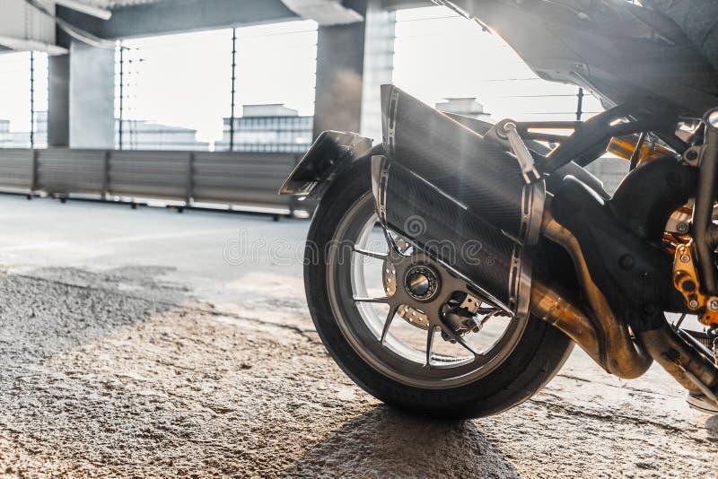 关闭摩托车轮子烧坏在停车处 免版税库存图片