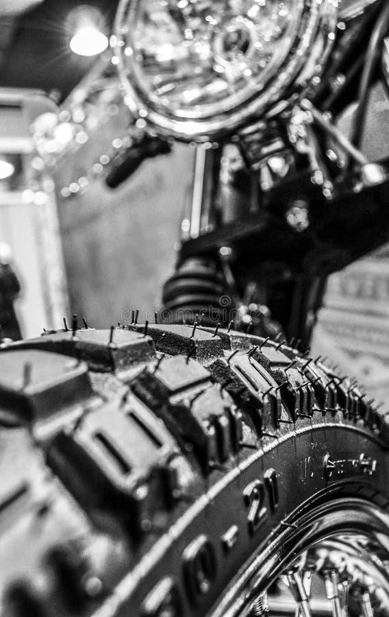 关闭摩托车轮子 免版税库存图片