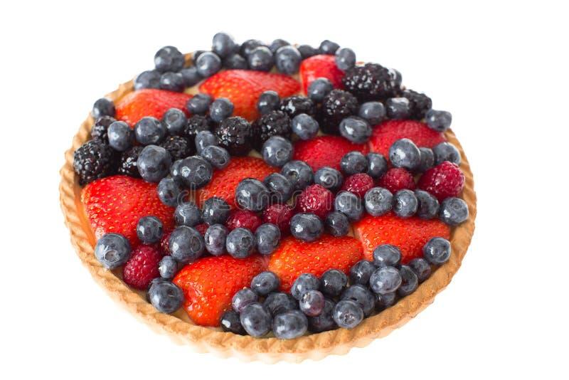 关闭新鲜的饼用在上面的被分类的莓果 免版税库存照片