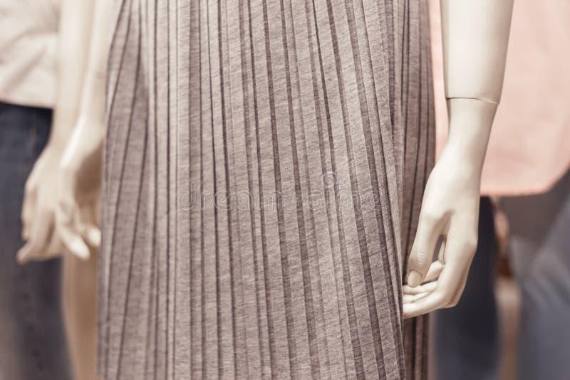 关闭时装模特在时装商店里面的身体局部看法  库存照片