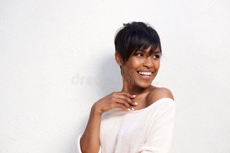 关闭时髦的年轻黑女性模型反对白色背景 库存图片