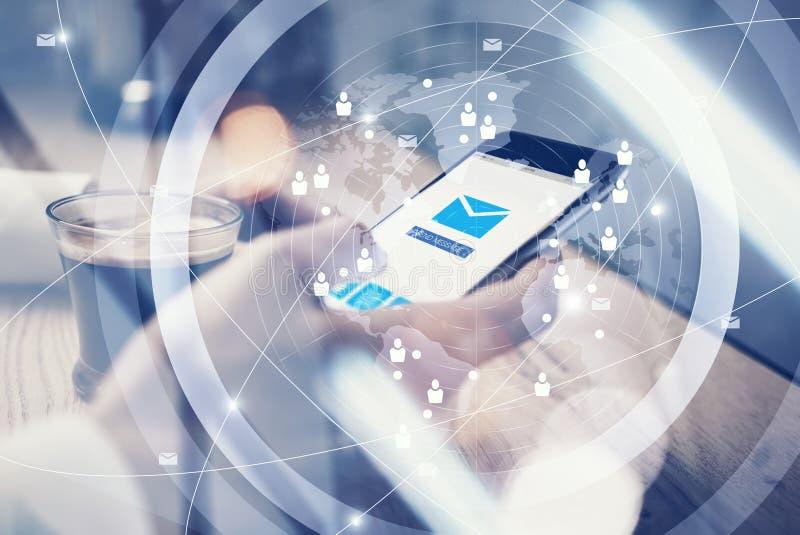 关闭普通举行在短信的消息的女性手上的设计巧妙的电话 消息送象屏幕 界面 皇族释放例证