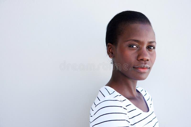 关闭有严肃的表示的可爱的年轻黑人妇女 免版税图库摄影