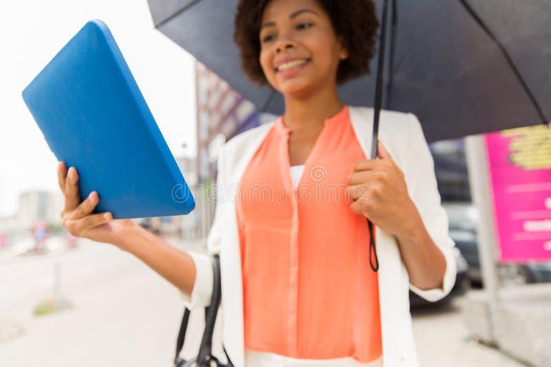 关闭有伞和片剂个人计算机的妇女 库存照片